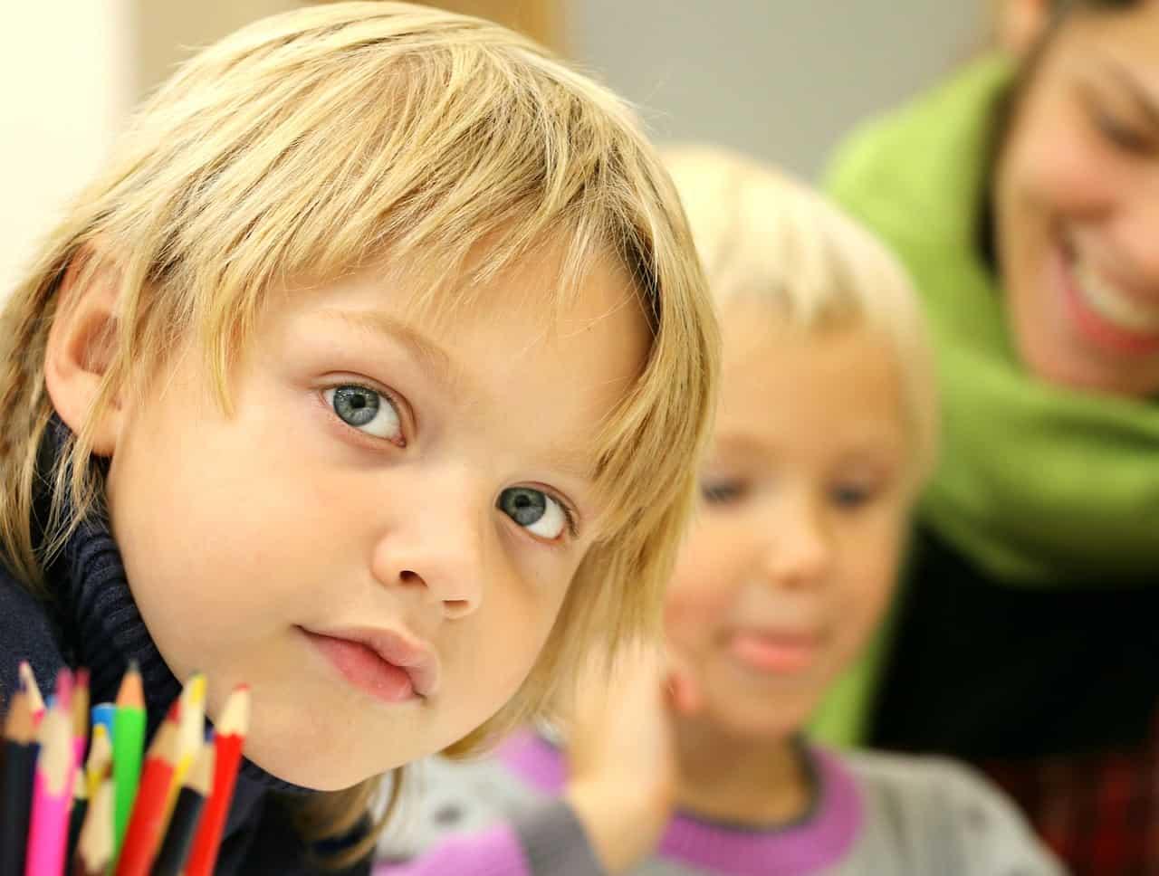 Dzieci wracają do szkół. Na razie tylko z klas I-III